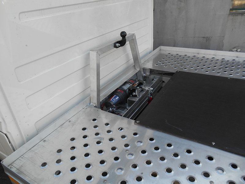 autószállító felépítmény csörlővel, vonógömbbel